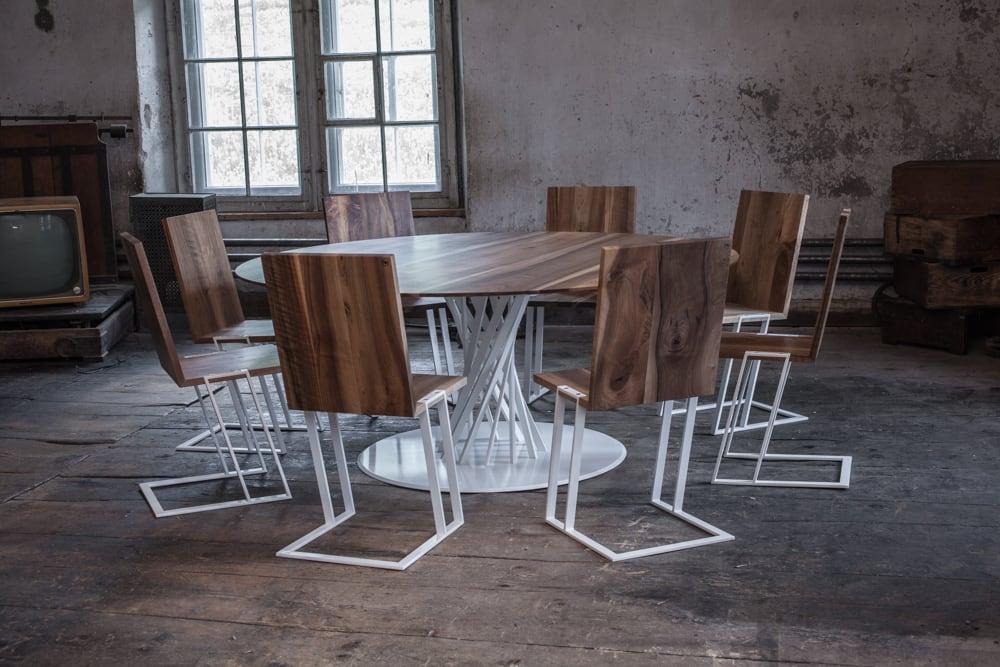 Nussbaumtisch 2.20 und Stühle 2.15